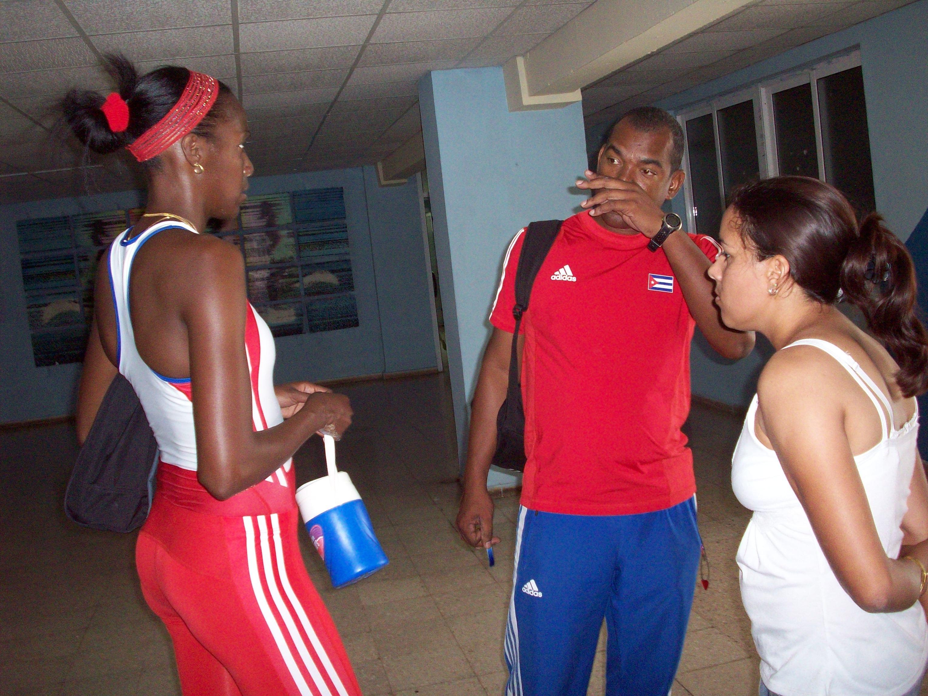 """Mabel Gay, Alexander Navas y esta """"reportera"""" en el Lobby del Estadio Panamericano en La Habana"""