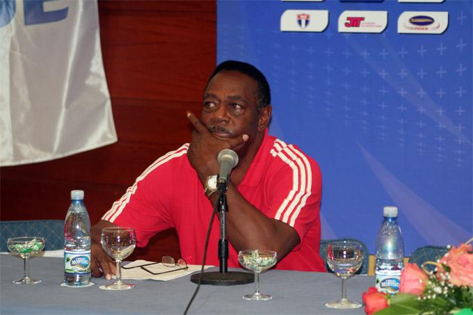 Orlando Samuels, DT de Cuba, en la Conferencia de Prensa en La Habana 7 jun