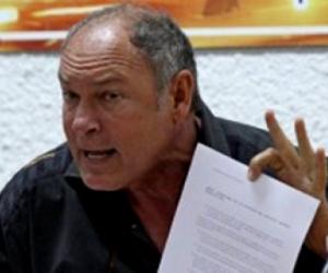 alberto-juantorenaAlberto Juantorena muestra la carta dirigida a Lamine Diack.