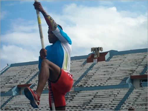 Los muchachos de múltiples en jornada dedicada al salto con garrocha