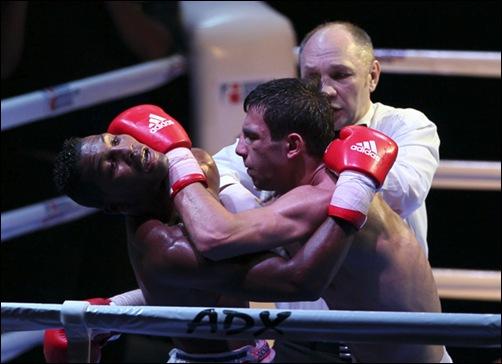 Luis Oliva de Cuba 64 kg le gano a Radzjab Butaev de Rusia.