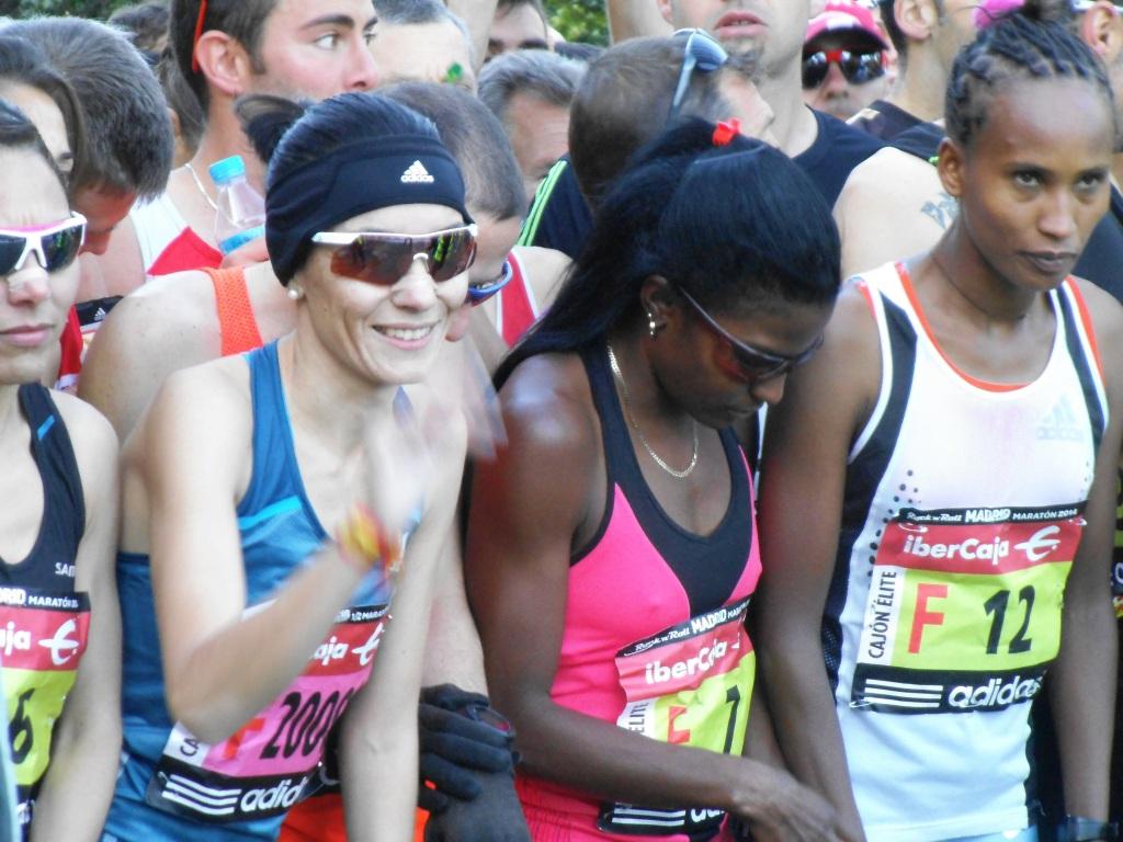 En la línea de salida, entre la española Vanessa Veiga (que ganó el medio maratón) y la etíope Motu Gedefa Medersa (sexta en el maratón).