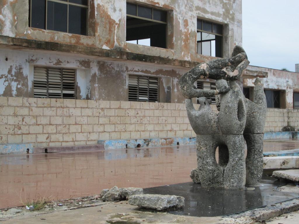 La escultura de Rita Longa y un fragmento de la edificación principal de la escuela Marcelo Salado: imagen de la desidia. Foto: Ruden Tembrás.