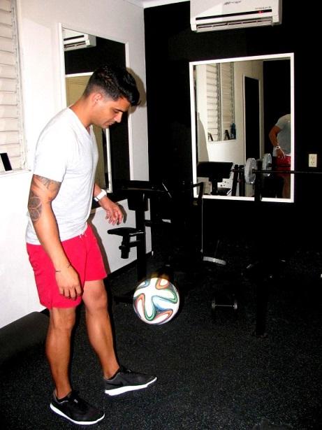 Luis Carlos logró el reconocimiento global al propinar 306 toques al balón en un minuto, en la posición de sentado y solo con el pie derecho.