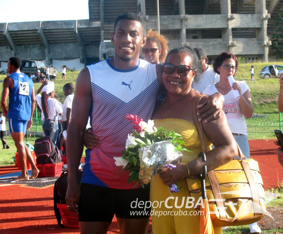 Mena celebra las victorias junto a su madre Rosa Berenguer/ Foto: Andy Bermellón