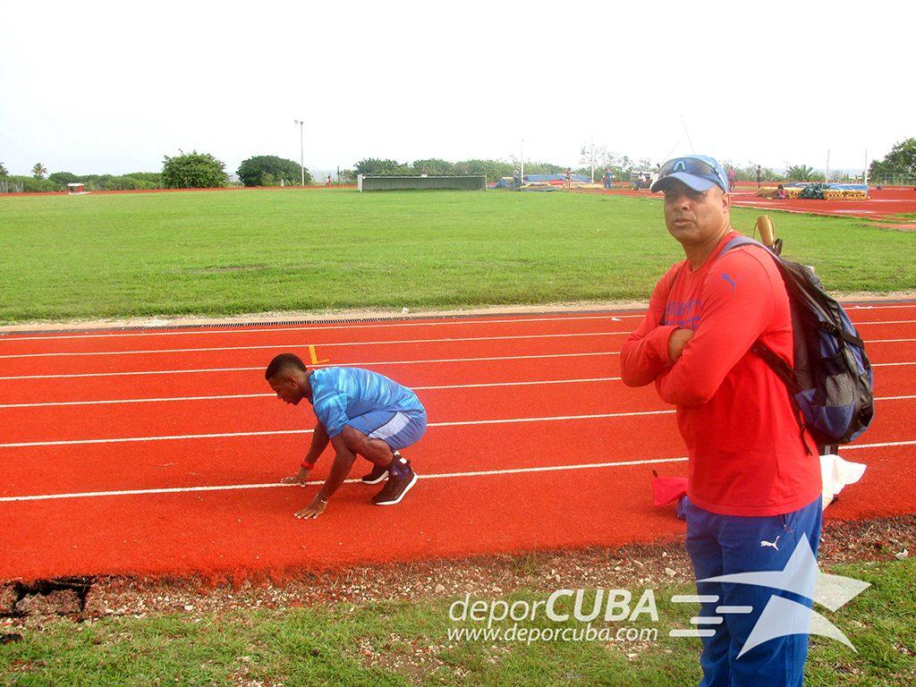 El profe José Alberto durante el entrenamiento. Foto: Deporcuba