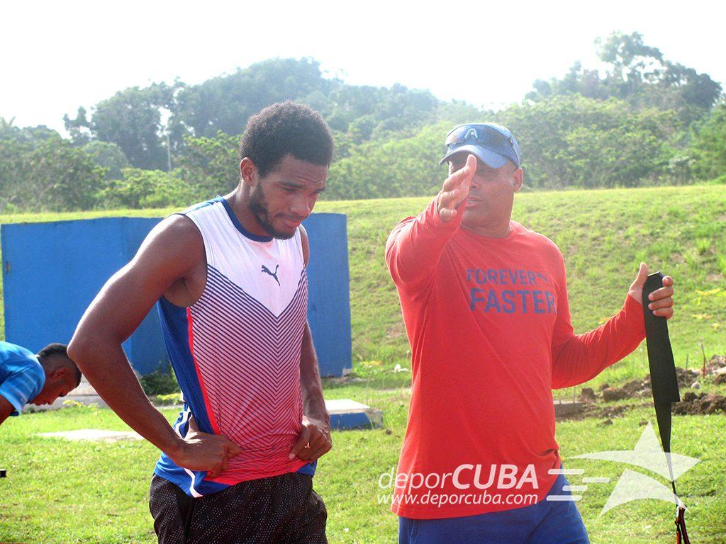 El profe José Alberto orienta a Roberto Skyers durante el entrenamiento. Foto: Deporcuba