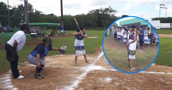 Estrellas del softball que juegan descalzas y con huipil