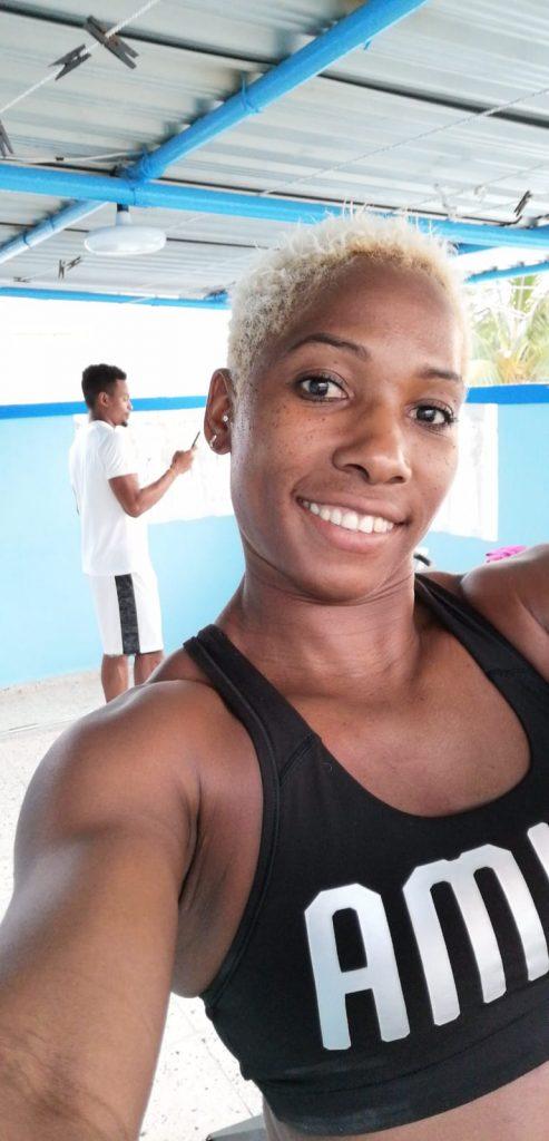 Con la meta de mantener la forma física, Yarisley Silva entrena en casa con el acompañamiento de Yoandy Lescay, nuestro próximo entrevistado.